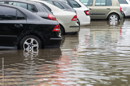 Fotografia car in water after heavy rain and flood