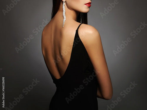 Fotografiet woman in a black sexy dress and jewelry