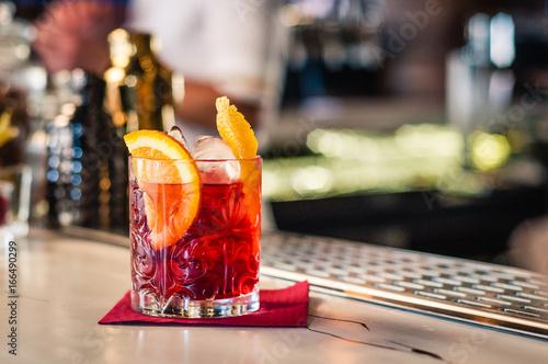 Cocktail Negroni in bicchiere non fette di arancio e ghiaccio