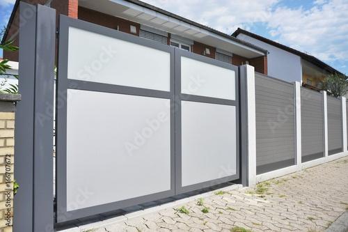 Modernes Einfahrtstor als Sichtschutz in der Hauszufahrt Tapéta, Fotótapéta