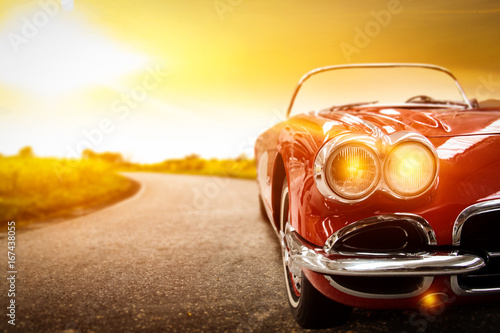 Fototapeta Samochód retro cabrio na tle zachodu słońca duża