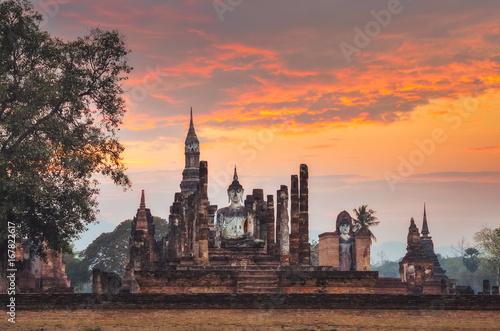 Obraz na płótnie Sitting Budha at sunset in Wat Mahathat, Sukhothai, Thailand