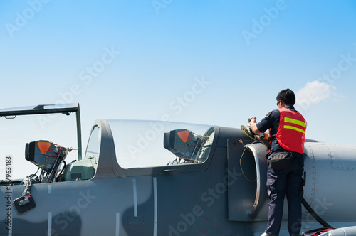 Fotografia Air force staff refills fuel to F-16 from oil at royal air force