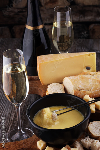 Photo Gourmet Swiss fondue dinner on a winter evening with assorted ch