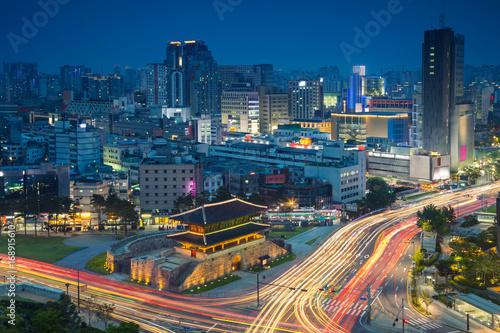 Fototapeta premium Seul. Obraz centrum Seulu z bramą Dongdaemun podczas godziny zmierzchu niebieski.