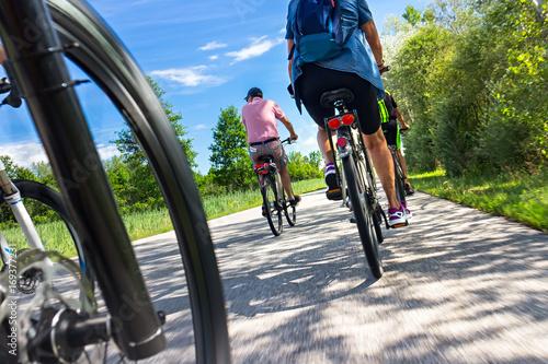 grupa ludzi rodziny na wycieczkę rowerową