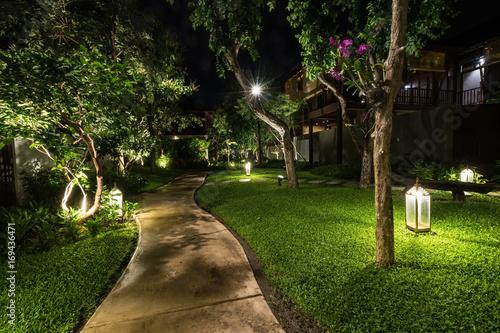 Fototapeta premium streszczenie chodnik w ogrodzie w nocy