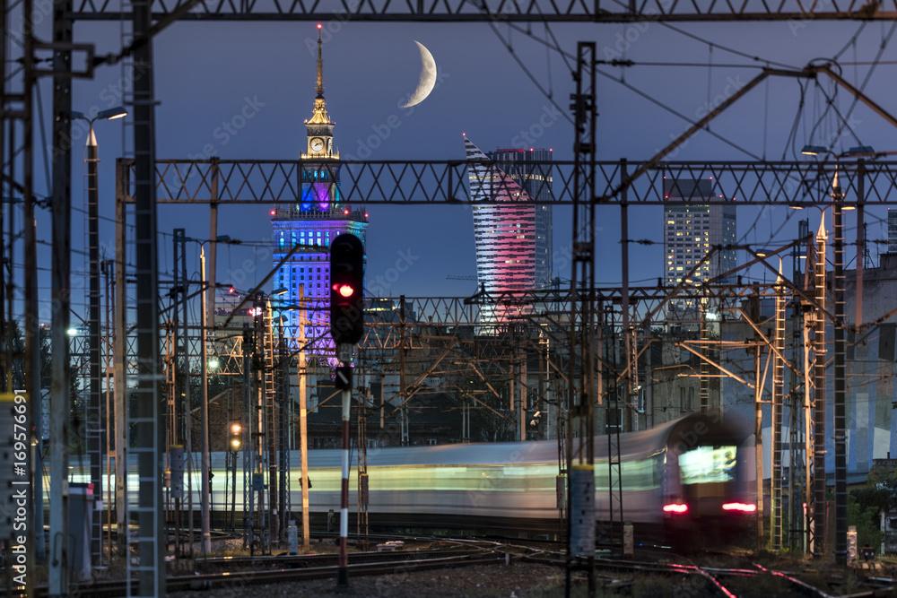 Częściowy księżyc nad Warszawą i węzeł kolejowy <span>plik: #169576691 | autor: Cinematographer</span>