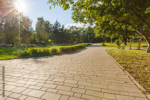 Fotografia paved with tiles path in the Park