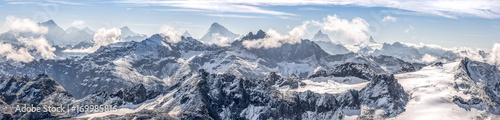 Fotografia, Obraz large panorama sur une chaîne de montagne enneigées des Alpes suisses
