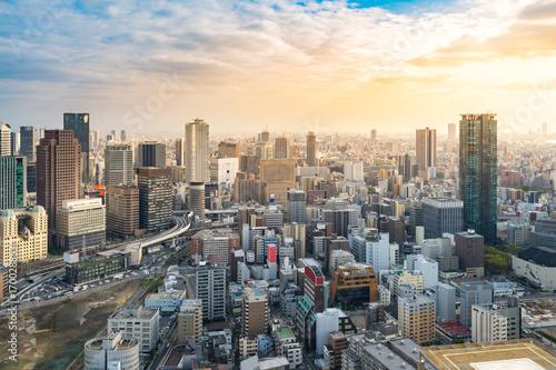 Fototapeta premium widok z lotu ptaka panoramę miasta osaka o zachodzie słońca, Japonia