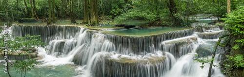 Fototapeta premium Huai Mae Khamin Waterfall (szóste piętro), tropikalny las deszczowy w Srinakarin Dam, Kanchanaburi, Thailand.Huai Mae Khamin Waterfall jest najpiękniejszym wodospadem w Tajlandii. Niewidzialna Tajlandia