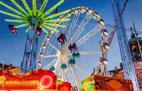 Foto Night view of amusement park carousel