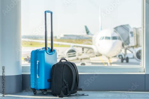 Handgepäck vor einem Flugzeug