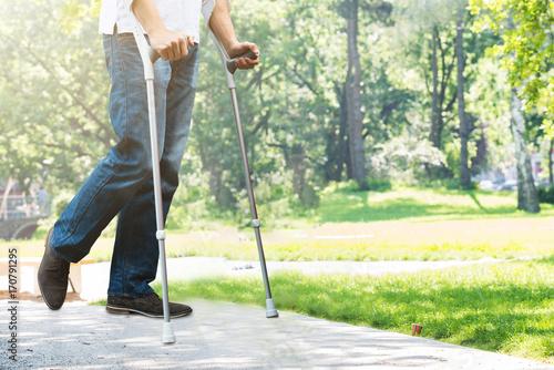 Fotografia Man Walking With Crutches