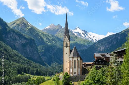 Carta da parati Heiligenblut, Carinthia, Austria, A scenic landscape photo of the Austrian municipality of Heiligenblut with St