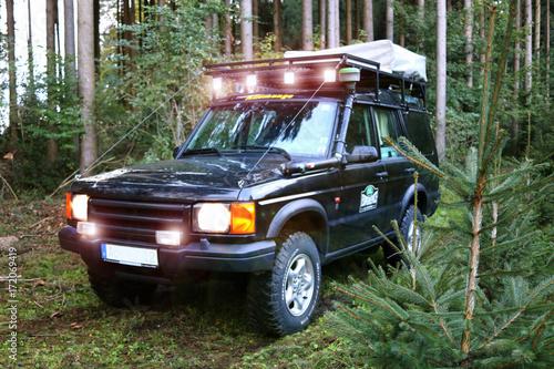 Geländewagen im Wald mit LED Licht фототапет