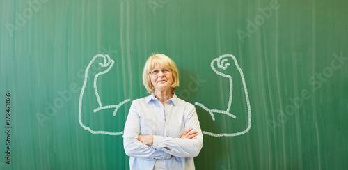 Fotografie, Obraz Starke Frau als Lehrer vor Tafel mit Muskeln