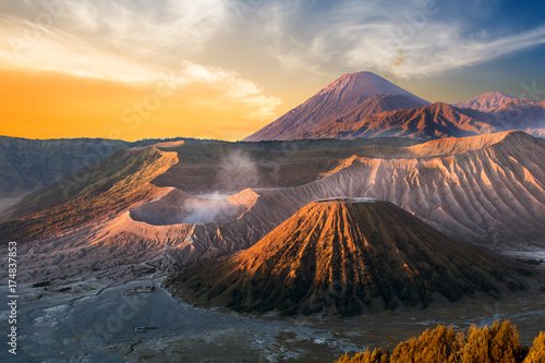 Photo Mount Bromo volcano (Gunung Bromo) during sunrise from viewpoint on Mount Penanjakan, in East Java, Indonesia
