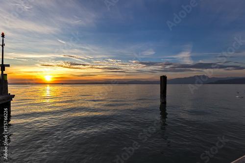 tramonto sul lago di garda. tramonto lago. lazise del garda