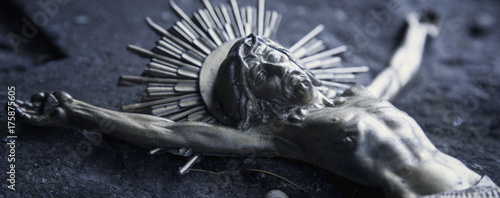 Fotografia Partially destroyed ancient statue of the crucifixion of Jesus Christ