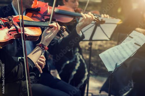 Fotografia Musicians playing the violin close up.
