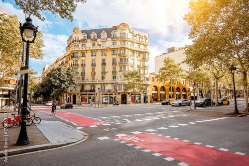 Fototapeta premium Widok ulicy z pięknymi budynkami w Barcelonie