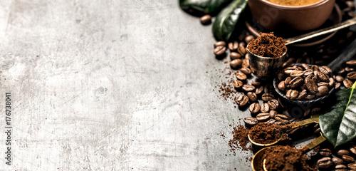 Fototapeta premium Skład kawy ziarnistej i całej kawy