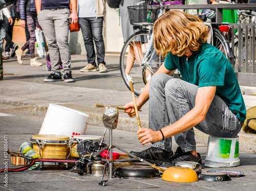 Fototapeta percussionist use pots and pans to play drums - busker street artist musician
