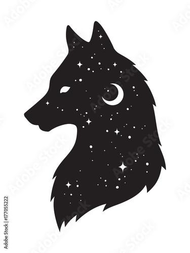 Sylwetka wilka z półksiężycem i gwiazdami odizolowywającymi. Majcher, czarna praca, druk lub błyskowy tatuaż projektujemy wektorową ilustrację. Pogański totem, wiccan znana sztuka ducha