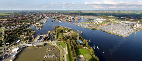 Fotografiet Emden Luftaufnahme vom Aussenhafen richtung Stadt