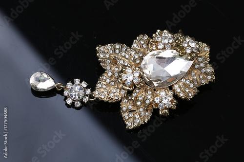 Tableau sur Toile diamond on flower gold brooch