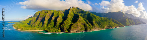 Fotografia Amazing aerial view of the Na Pali coast cliffs from above