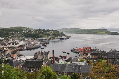Fotografia Scottish town Oban seen from a hill