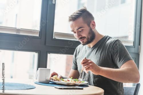 Photo Man eating a healthy breakfast.