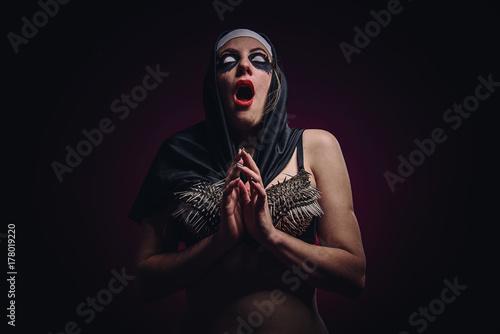 Tableau sur Toile Possessed horror nun, halloween concept, dark prayer