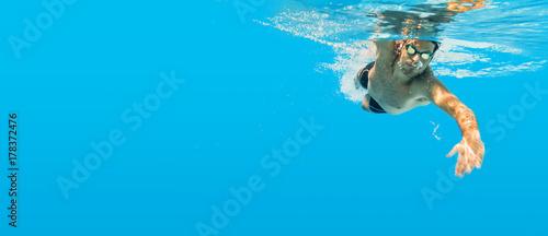Obraz na plátně Schwimmen unter Wasser Mann blau Kraulen Training