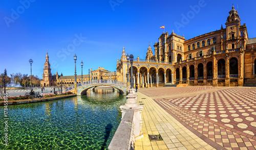 Fototapeta premium Plaza Espana w słoneczny dzień. Sewilla (Sewilla), Andaluzja, południowa Hiszpania.
