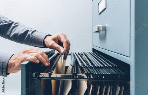 Office clerk searching for files Fototapete