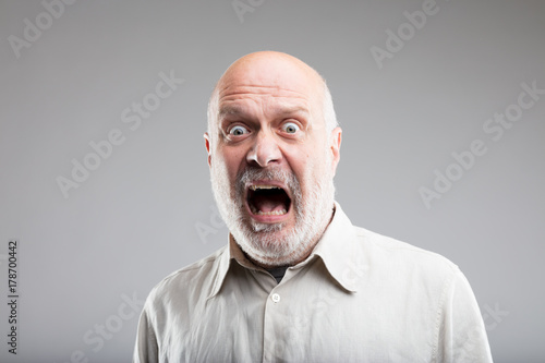 Foto strong exaggerated fear expression of an old man