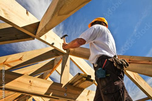 Billede på lærred roofer ,carpenter working on roof structure at construction site