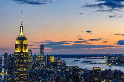 City skyline and Empire State Building at night in NYC, USA Fototapet