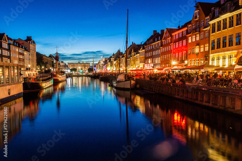 Photo Evening view of Nyhavn district in Copenhagen, Denmark