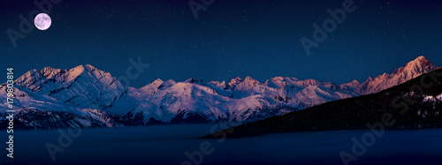 Photo Scenic panorama sunset landscape of Crans-Montana range in Swiss Alps mountains with peak in background, Crans Montana, Switzerland