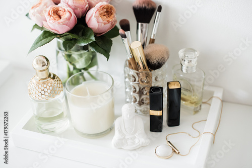 Foto Ladys dressing table decoration with flowers, beautiful details,