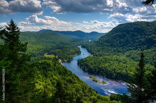 Fototapeta premium Rzeka Jacques Cartier widziana z góry w ciepły letni dzień, Quebec, Kanada