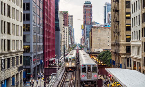 Fototapeta premium Podwyższone tory kolejowe nad ulicami i między budynkami w The Loop - Chicago, Illinois, USA