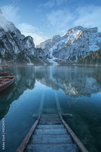 Felslandschaft mit klaren Bergsee in den Dolomiten