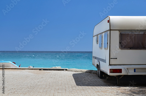 Obraz na płótnie caravan trailer on background ocean