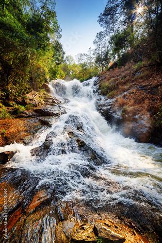 Fototapeta Piękny widok na wodospad Datanla z krystalicznie czystą wodą XXL